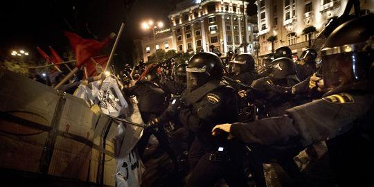 http://lechatnoiremeutier.files.wordpress.com/2012/09/1765638_3_7d82_heurts-entre-manifestants-et-policiers-a_1201f3ecda20dd845455d2ffeb75d8bc.jpg?w=640