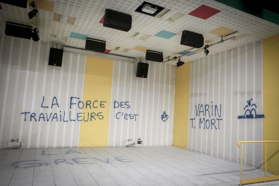 Dans l'atelier du ferrage, des graffitis ont été peints. Un trait habituel des grèves.