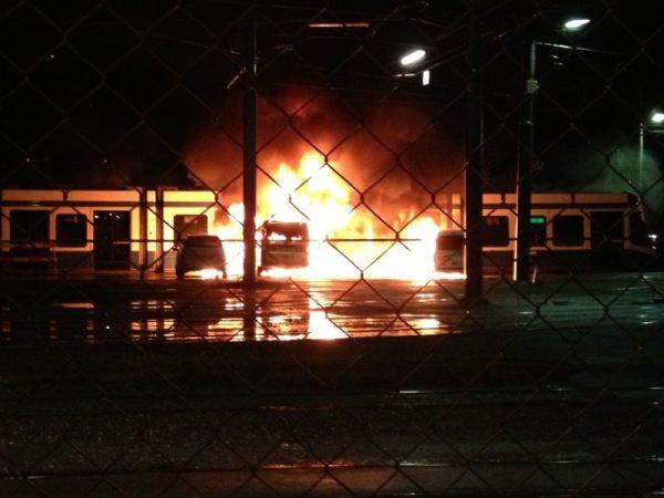 Les flammes se sont emparées des autos et du tram Cobra, mercredi matin vers 3h.