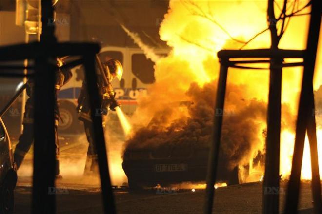 les-pompiers sont intervenus rue Schach,  à Strasbourg, pour des incendies de voitures