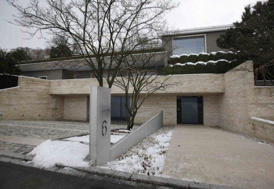 Une petite explosion a causé des dommages au support de la boîte aux lettres de la résidence d'Ivan Glasenberg.