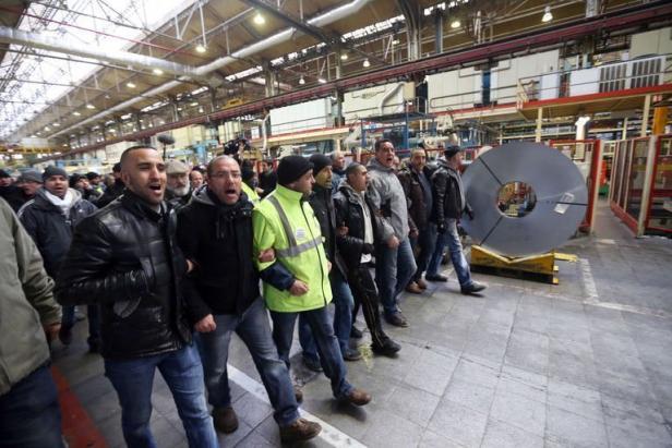 Des salariés de l'usine PSA d'Aulnay-sous-Bois lors d'une action le 18 janvier 2013 dans une usine du groupe à Saint-Ouen THOMAS SAMSON AFP.COM