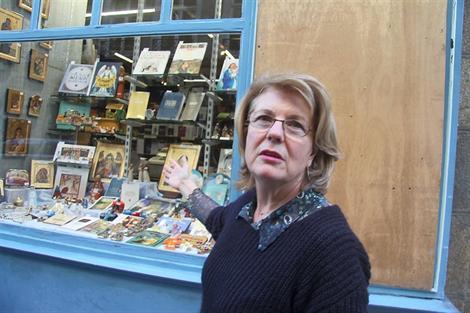« Tous les jours, dès que j'arrive dans la rue, je me demande ce que je vais encore trouver sur ma vitrine », s'exaspère Hélène Le Mestre, la gérante de la librairie Saint-Germain.
