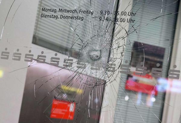 Façade d'une des deux banques vandalisées