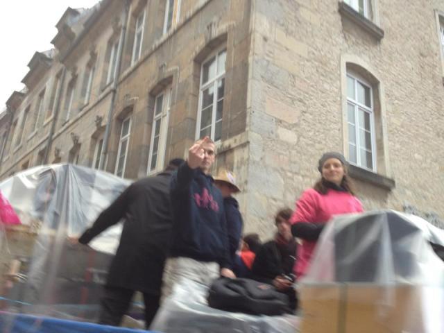 Le blond catho qui balançait  son discours homophobe depuis le camion: sa réaction pas très catholique après avoir reçu un crachat par un manifestant