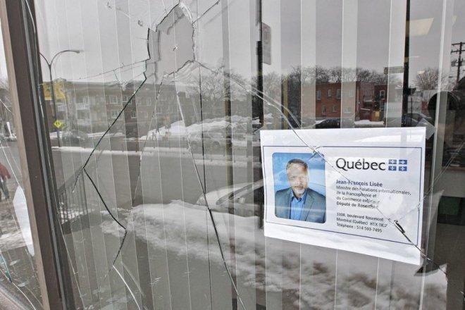 Les vitrines du bureau de circonscription du député péquiste Jean-François Lisée ont été fracassées par des vandales la nuit dernière (du 24 au 25/02/2013)
