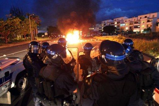 Véhicules incendiés lors de violences dans la nuit du 19 au 20 février 2013 au Port à La Réunion (AFP, Richard Bouhet)