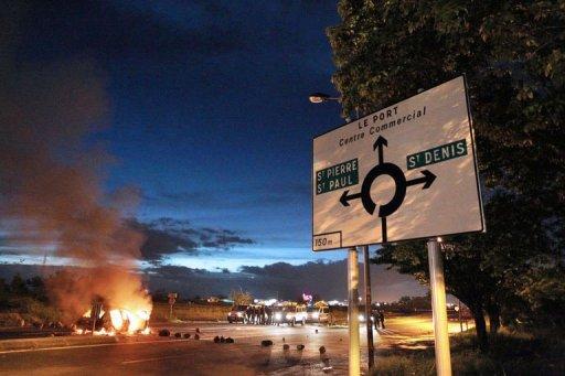 Barricades en feu dans la nuit du 19 au 20 février 2013 au Port à La Réunion (AFP, Richard Bouhet)
