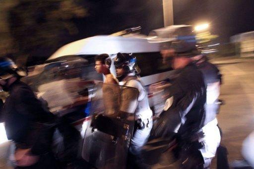 Un manifestant interpellé le 19 février 2013 au Port dans l'île de La Réunion (AFP, Richard Bouhet)