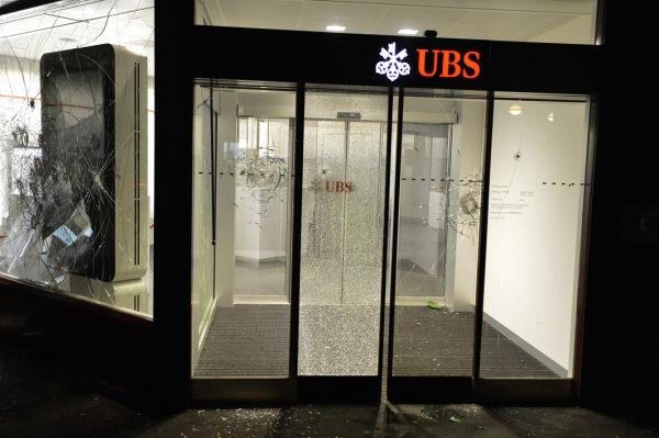 banque UBS vandalisée...