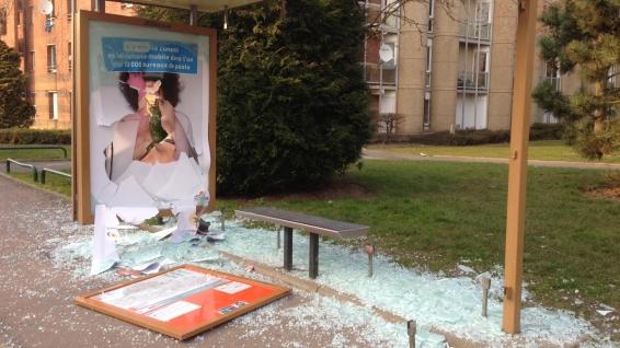 Un abri de bus cassé dans l'après-midi à Montigny-en-Gohelle.