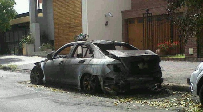 Voiture Mercedes Benz incendiée devant une villa - Villa Ortuzar (Buenos Aires, Ar)