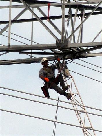 Pour réparer, le technicien de RTE doit se percher à plusieurs dizaines de mètres de hauteur.