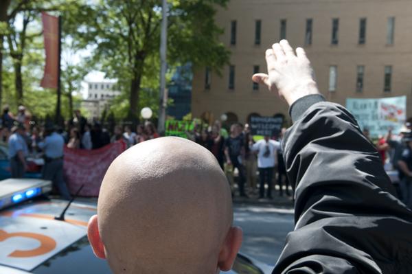 Salut nazi d'un membre du NSM devant les antifascistes rassemblés