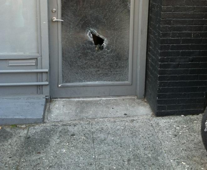 La vitrine du magasin 'sun liquor' après le passage des manifestants